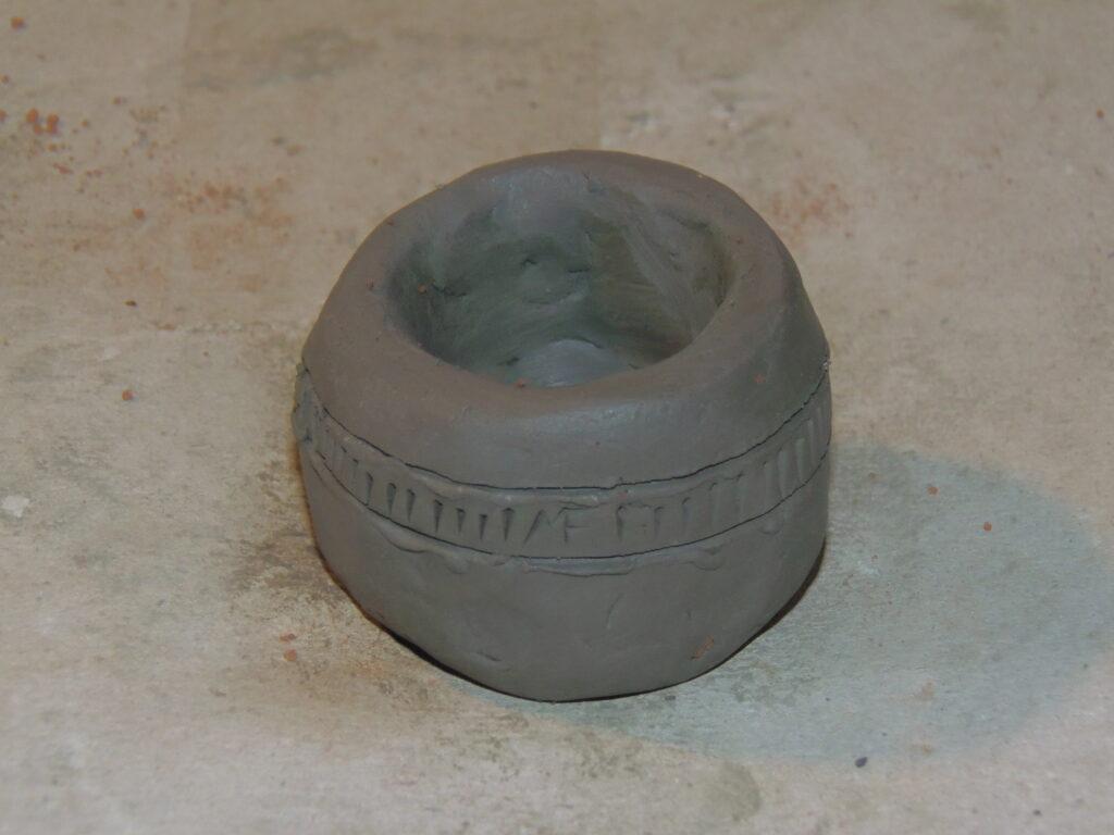Laboratorio creazione vaso argilla - archeologo sperimentale